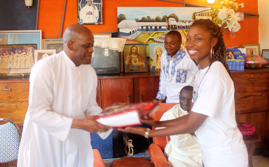 CUIB Hands Gift to the Chancellor